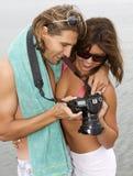Pares jovenes en amor en la playa Imágenes de archivo libres de regalías