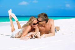 Pares jovenes en amor en la playa Foto de archivo libre de regalías