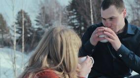 Pares jovenes en amor en un goce de las vacaciones del invierno almacen de video