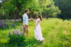 Pares jovenes en amor en prado fotografía de archivo libre de regalías