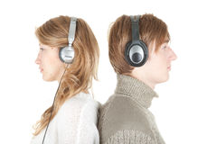 Pares jovenes en auriculares Fotos de archivo libres de regalías