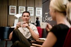 Pares jovenes en café Fotografía de archivo