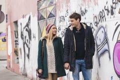 Pares jovenes en caminar del amor Foto de archivo libre de regalías