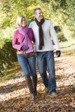 Pares jovenes en caminata del otoño Imagen de archivo