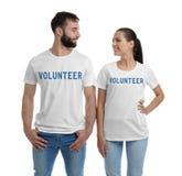 Pares jovenes en camisetas en el fondo blanco imagen de archivo libre de regalías