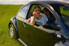 Pares jovenes en coche foto de archivo libre de regalías