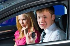 Pares jovenes en coche Fotografía de archivo