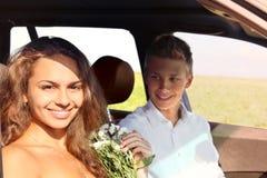 Pares jovenes en coche Fotos de archivo