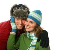Pares jovenes en desgaste del invierno Foto de archivo libre de regalías