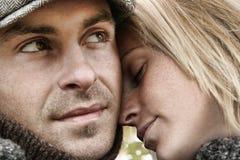 Pares jovenes en el abarcamiento del amor Foto de archivo libre de regalías