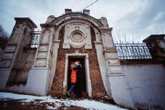 Pares jovenes en el amor, abrazando en la vieja parte de la ciudad Imagen de archivo