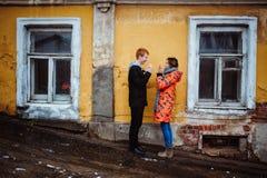 Pares jovenes en el amor, abrazando en la vieja parte de la ciudad Fotografía de archivo