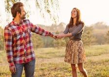 Pares jovenes en el amor al aire libre. Fotografía de archivo libre de regalías