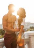 Pares jovenes en el amor al aire libre. Fotografía de archivo