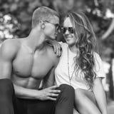 Pares jovenes en el amor al aire libre Fotografía de archivo