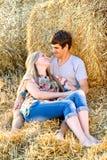 Pares jovenes en el amor al aire libre Fotos de archivo