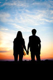 Pares jovenes en el amor al aire libre Imagen de archivo libre de regalías