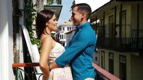 Pares jovenes en el amor al aire libre en el balcón metrajes
