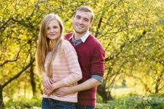 Pares jovenes en el amor al aire libre Gente feliz en amor Fotografía de archivo libre de regalías