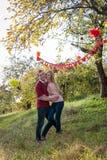 Pares jovenes en el amor al aire libre Gente feliz en amor Fotos de archivo libres de regalías