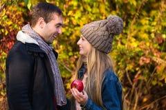 Pares jovenes en el amor al aire libre Gente feliz en amor Foto de archivo libre de regalías