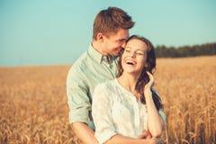 Pares jovenes en el amor al aire libre Junte el abrazo Imagenes de archivo