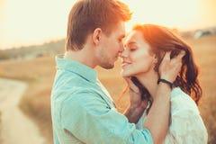 Pares jovenes en el amor al aire libre Junte el abrazo Foto de archivo libre de regalías