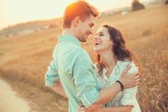 Pares jovenes en el amor al aire libre Junte el abrazo Fotos de archivo libres de regalías