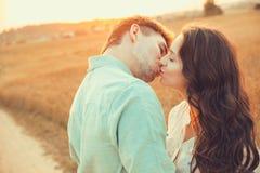 Pares jovenes en el amor al aire libre Pares que abrazan y que se besan fotos de archivo libres de regalías
