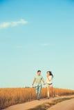 Pares jovenes en el amor al aire libre Retrato al aire libre sensual imponente de los pares elegantes jovenes de la moda que pres Imagen de archivo