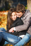 Pares jovenes en el amor que abraza en parque Imágenes de archivo libres de regalías
