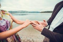 Pares jovenes en el amor que camina cerca del río Imágenes de archivo libres de regalías