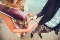 Pares jovenes en el amor que camina cerca del río Fotografía de archivo libre de regalías