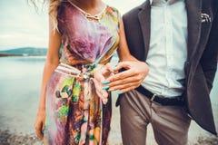 Pares jovenes en el amor que camina cerca del río Fotos de archivo