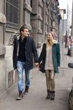 Pares jovenes en el amor que camina en la ciudad Imagenes de archivo