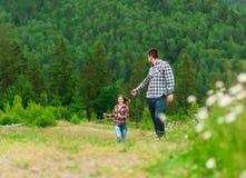 Pares jovenes en el amor que camina en montañas Fotos de archivo libres de regalías