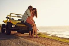 Pares jovenes en el amor que comparte un momento especial Imágenes de archivo libres de regalías