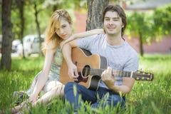 Pares jovenes en el amor que disfruta de un día soleado Foto de archivo
