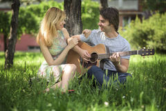 Pares jovenes en el amor que disfruta de un día soleado Imagen de archivo libre de regalías