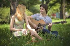 Pares jovenes en el amor que disfruta de un día soleado Imagenes de archivo