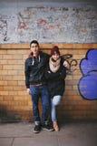Pares jovenes en el amor que presenta para un retrato Fotografía de archivo libre de regalías