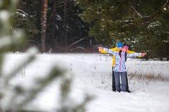 Pares jovenes en el bosque del invierno Fotos de archivo libres de regalías