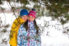 Pares jovenes en el bosque del invierno Fotografía de archivo