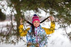 Pares jovenes en el bosque del invierno Imagen de archivo