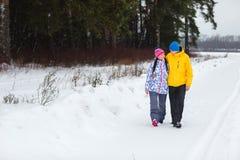 Pares jovenes en el bosque del invierno Fotografía de archivo libre de regalías