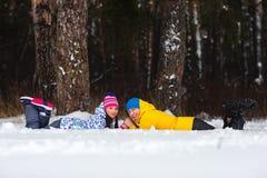 Pares jovenes en el bosque del invierno Foto de archivo