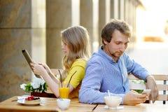 Pares jovenes en el café al aire libre Foto de archivo