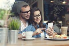 Pares jovenes en el café Imagenes de archivo