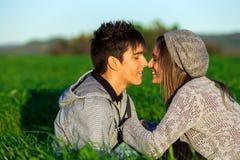 Pares jovenes en el campo que muestra el afecto. Imagen de archivo