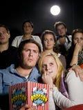 Pares jovenes en el cine Fotografía de archivo